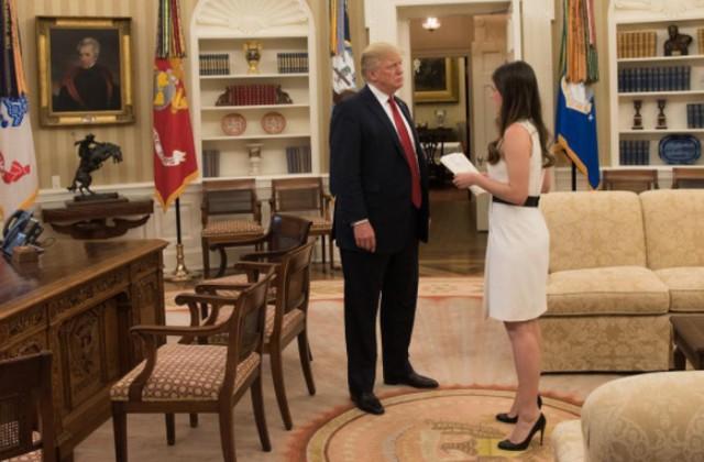 Điều ít biết về nữ trợ lý 28 tuổi xinh đẹp và đầy quyền lực của Tổng thống Trump, được trả lương hơn 3 tỷ đồng mỗi năm - Ảnh 9.