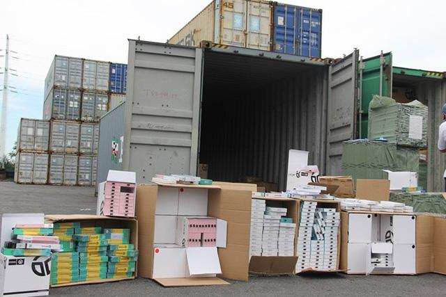 Phát hiện 1 container phụ kiện điện thoại Trung Quốc giả mạo xuất xứ Việt Nam - Ảnh 1.