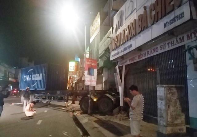 Xe container lao xuyên thủng nhà dân ở Sài Gòn, nhiều người mắc kẹt - Ảnh 1.