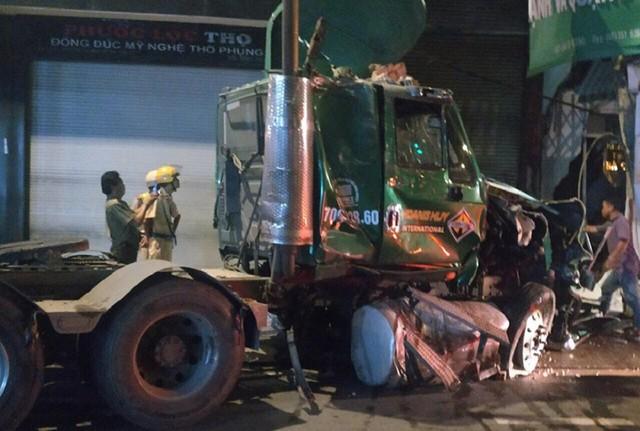 Xe container lao xuyên thủng nhà dân ở Sài Gòn, nhiều người mắc kẹt - Ảnh 2.