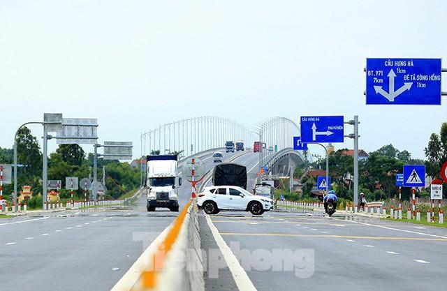 Cận cảnh cầu Hưng Hà và tuyến đường nối hai cao tốc lớn - Ảnh 14.