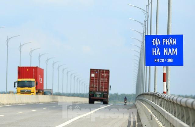 Cận cảnh cầu Hưng Hà và tuyến đường nối hai cao tốc lớn - Ảnh 8.