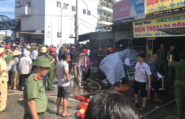 Cháy chợ, cả nghìn người đến chữa cháy và hỗ trợ cứu hàng - Ảnh 1.