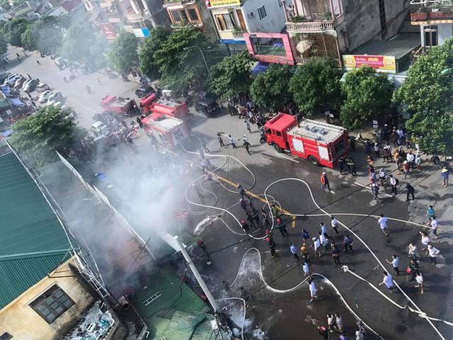Cháy chợ, cả nghìn người đến chữa cháy và hỗ trợ cứu hàng - Ảnh 2.