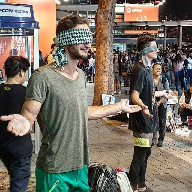 Loạt ảnh về đại dịch Tây ba lô ăn xin đang lan truyền khắp châu Á: Hãy cho tôi tiền đi vòng quanh thế giới - Ảnh 20.