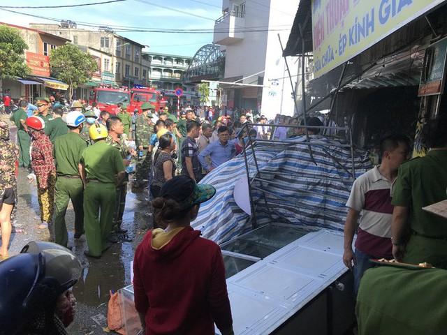 Cháy chợ, cả nghìn người đến chữa cháy và hỗ trợ cứu hàng - Ảnh 3.
