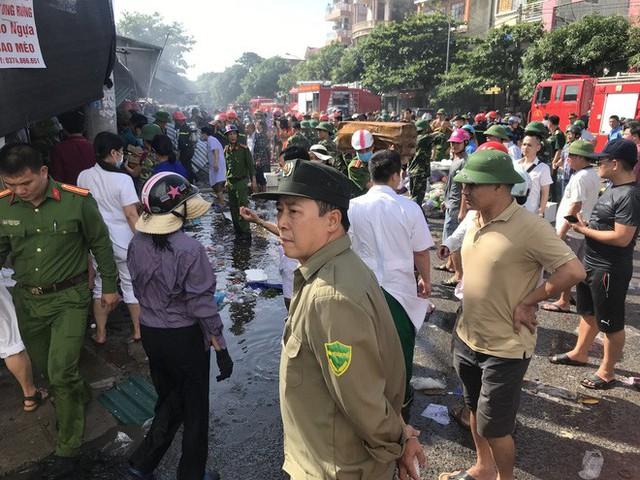 Cháy chợ, cả nghìn người đến chữa cháy và hỗ trợ cứu hàng - Ảnh 6.