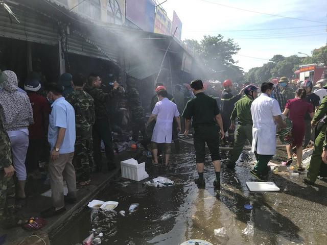 Cháy chợ, cả nghìn người đến chữa cháy và hỗ trợ cứu hàng - Ảnh 8.