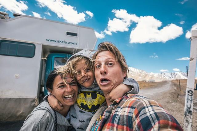 Gia đình nhỏ 3 người đi du lịch khắp nơi trên chiếc xe tải nhỏ, xem xong dân tình chỉ biết thốt lên: Cuộc đời tự do nhất chính là thế này đây! - Ảnh 2.