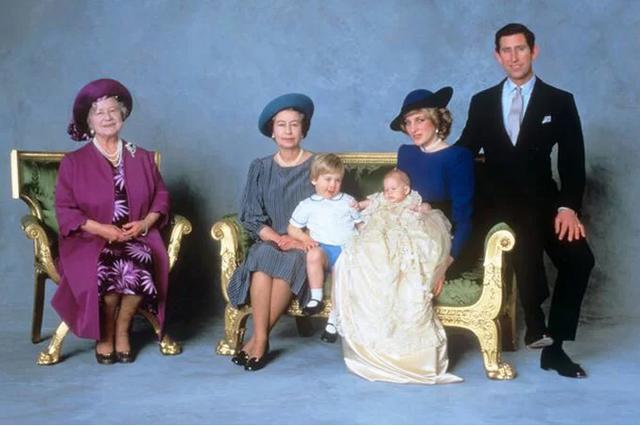 Hai chi tiết đặc biệt xúc động trong lễ rửa tội của bé Archie, chưa từng xảy ra ở 3 con nhà Công nương Kate, khiến người hâm mộ nghẹn ngào - Ảnh 3.