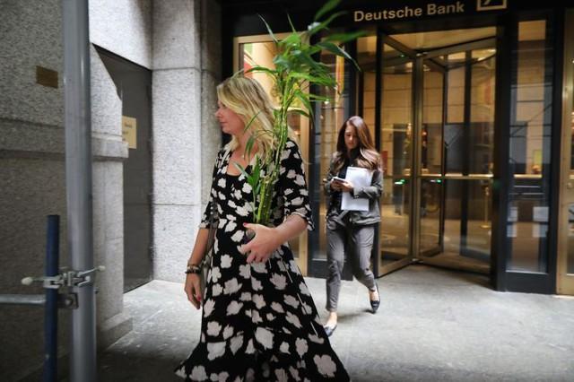 Cảnh tượng như khủng hoảng tài chính của Deutsche Bank: Nhân viên rời đi trong nước mắt, chỉ có 1 tiếng để thu dọn đồ đạc, áp lực đè nén từ Sydney sang London cho tới New York - Ảnh 3.