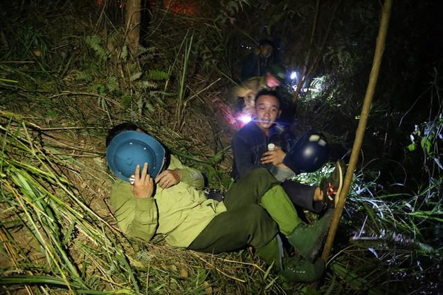 Toàn cảnh vụ cháy rừng thông ở Hà Tĩnh, lực lượng chức năng trắng đêm canh rừng - Ảnh 12.