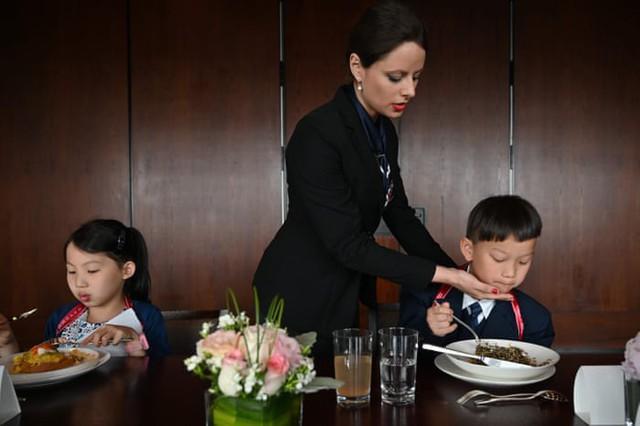 Chi tiền cho con học làm quý tộc, phụ huynh Trung Quốc bị ném đá dữ dội: Quý tộc đến từ cốt cách chứ không phải học tập! - Ảnh 5.