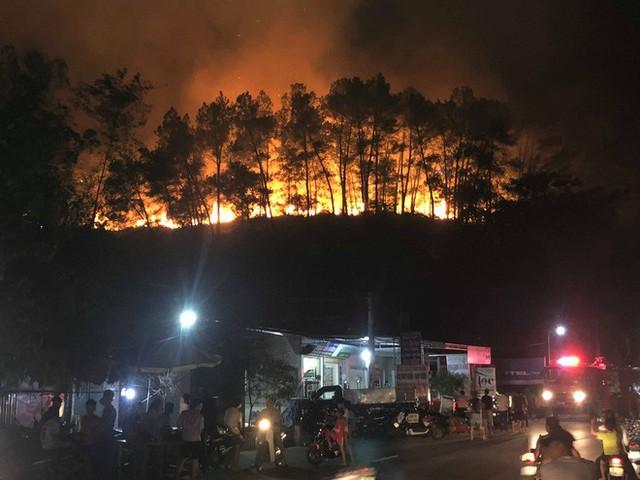 Toàn cảnh vụ cháy rừng thông ở Hà Tĩnh, lực lượng chức năng trắng đêm canh rừng - Ảnh 5.