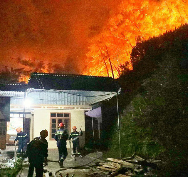 Cận cảnh rừng Hà Tĩnh cháy đỏ trời, dân tất tả di dời tài sản  - Ảnh 7.