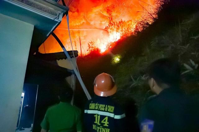 Toàn cảnh vụ cháy rừng thông ở Hà Tĩnh, lực lượng chức năng trắng đêm canh rừng - Ảnh 8.