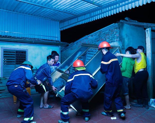 Toàn cảnh vụ cháy rừng thông ở Hà Tĩnh, lực lượng chức năng trắng đêm canh rừng - Ảnh 9.