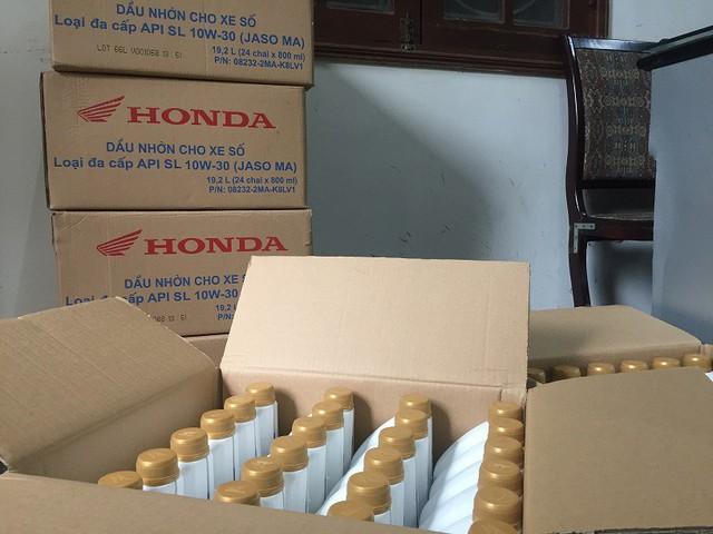 Thu giữ hàng trăm chai dầu nhớt giả mạo nhãn hiệu Honda - Ảnh 1.