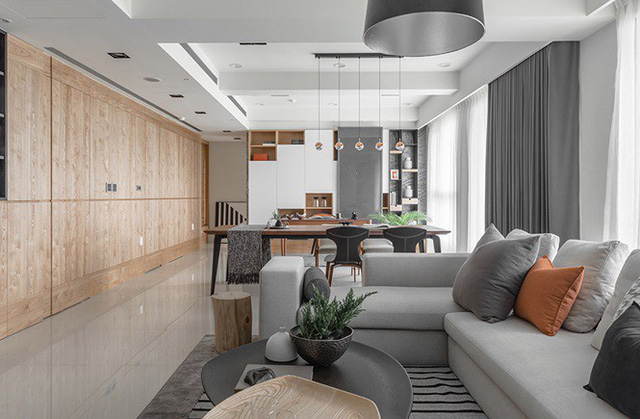Nhà hẹp vẫn sang trọng và rộng rãi nhờ tủ âm tường bằng gỗ kính - Ảnh 1.