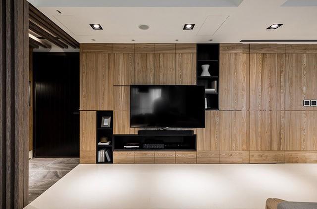 Nhà hẹp vẫn sang trọng và rộng rãi nhờ tủ âm tường bằng gỗ kính - Ảnh 2.
