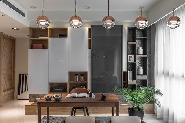 Nhà hẹp vẫn sang trọng và rộng rãi nhờ tủ âm tường bằng gỗ kính - Ảnh 6.