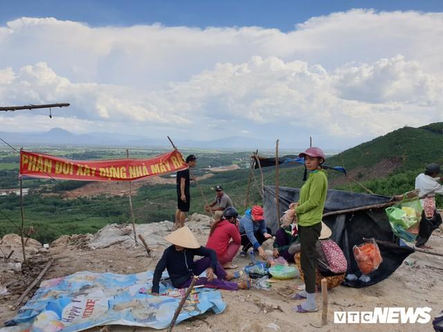 Ảnh: Dân dựng lều trại, ngăn cản thi công lò đốt rác ở Quảng Nam - Ảnh 1.