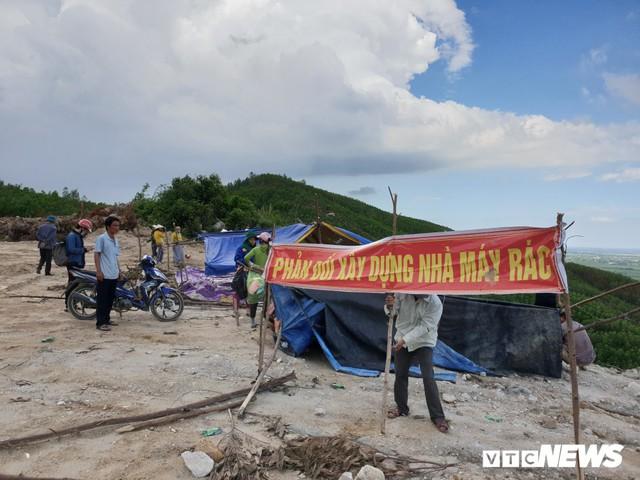 Ảnh: Dân dựng lều trại, ngăn cản thi công lò đốt rác ở Quảng Nam - Ảnh 2.