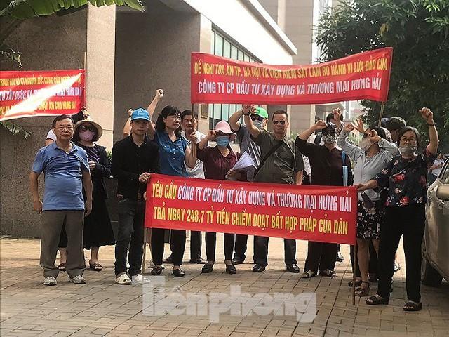 Khách hàng vây trụ sở, đòi lại trăm tỷ từ dự án 'ma' ở Hà Nội - Ảnh 1.