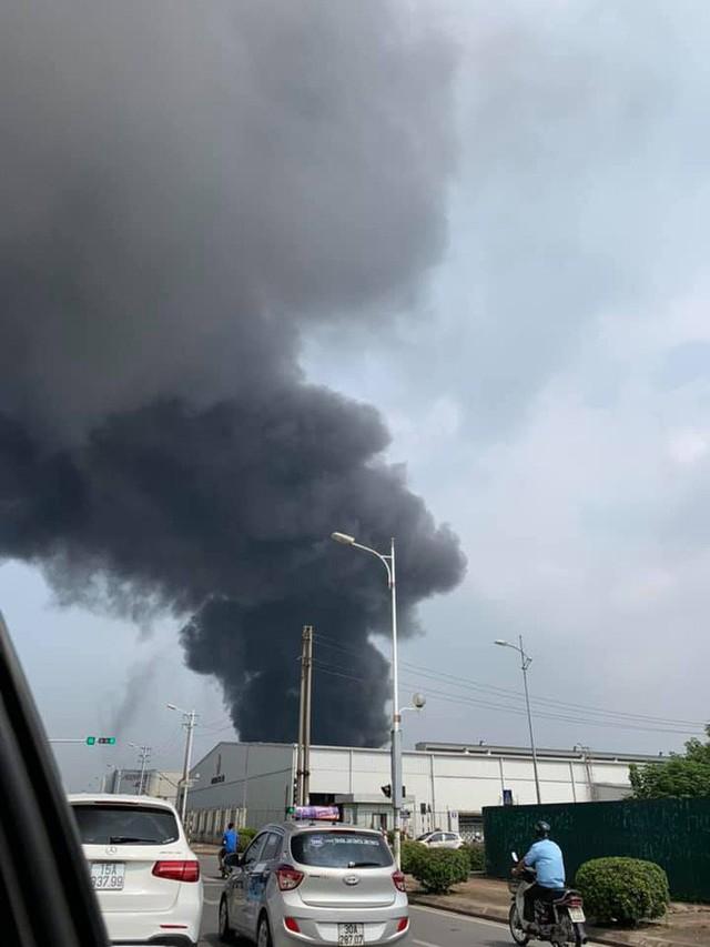 1000m2 của nhà máy sát trung tâm thương mại ở Long Biên bốc cháy ngùn ngụt, khung nhà gẫy gập - Ảnh 2.
