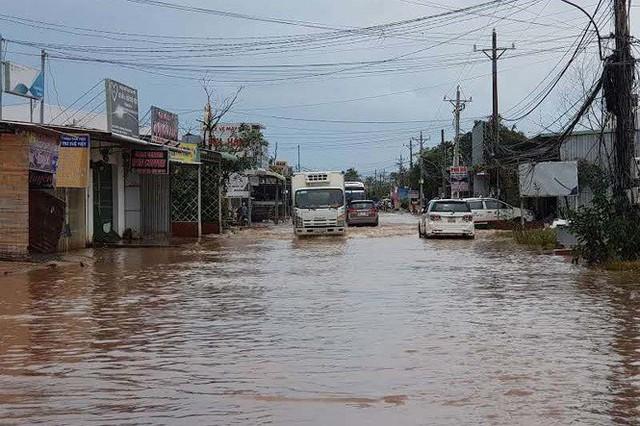 Cuộc sống người dân Phú Quốc bị đảo lộn trong trận lụt lịch sử - Ảnh 1.