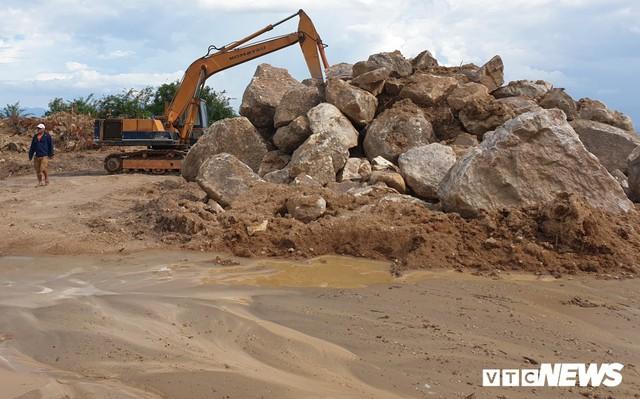 Ảnh: Dân dựng lều trại, ngăn cản thi công lò đốt rác ở Quảng Nam - Ảnh 3.