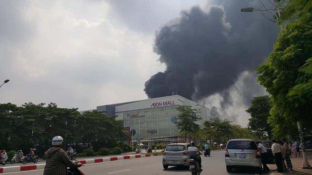 1000m2 của nhà máy sát trung tâm thương mại ở Long Biên bốc cháy ngùn ngụt, khung nhà gẫy gập - Ảnh 4.