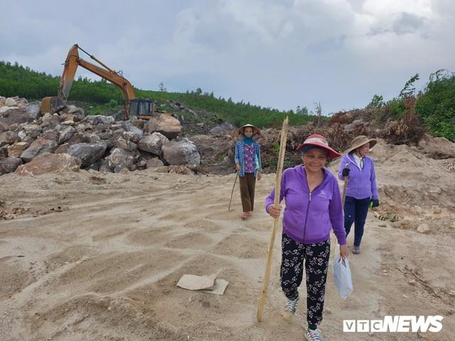 Ảnh: Dân dựng lều trại, ngăn cản thi công lò đốt rác ở Quảng Nam - Ảnh 4.