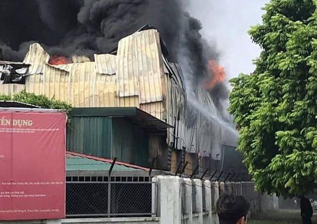 1000m2 của nhà máy sát trung tâm thương mại ở Long Biên bốc cháy ngùn ngụt, khung nhà gẫy gập - Ảnh 5.