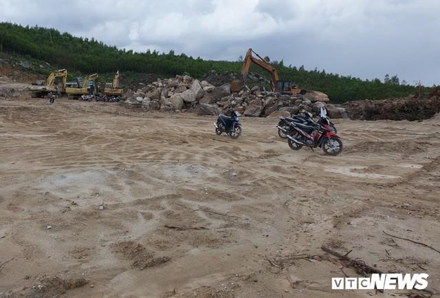 Ảnh: Dân dựng lều trại, ngăn cản thi công lò đốt rác ở Quảng Nam - Ảnh 8.