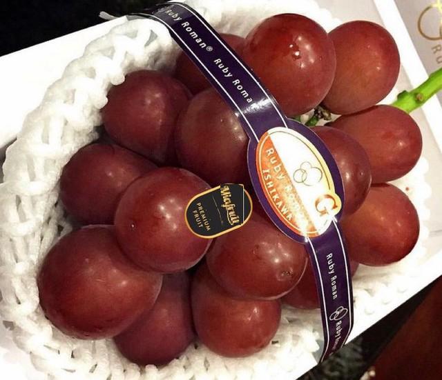 Nho đắt nhất thế giới về Việt Nam giá 6,5 triệu đồng/chùm, cửa hàng có bán lẻ từng trái - Ảnh 1.