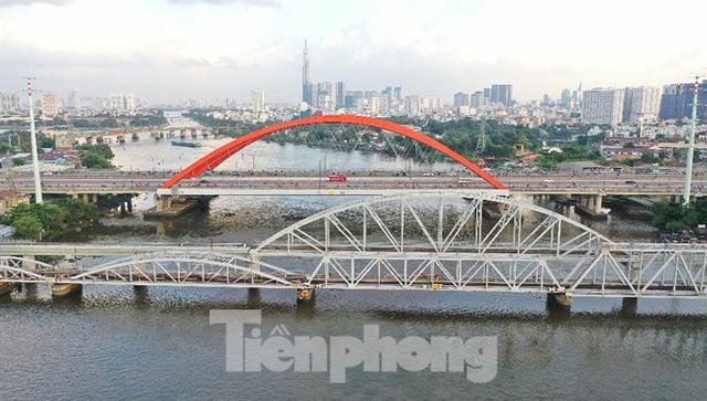 Bay trên cao ngắm cây cầu sắt 117 năm tuổi ở Sài Gòn sắp tháo dỡ - Ảnh 2.