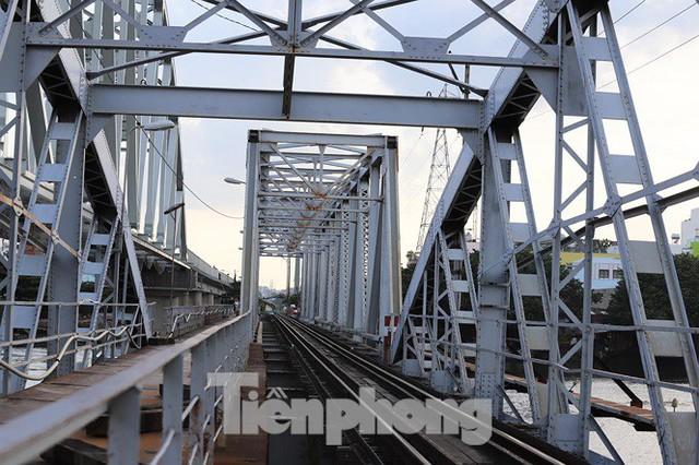 Bay trên cao ngắm cây cầu sắt 117 năm tuổi ở Sài Gòn sắp tháo dỡ - Ảnh 11.