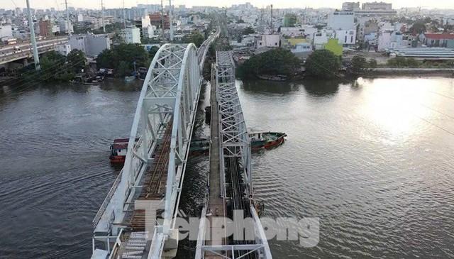 Bay trên cao ngắm cây cầu sắt 117 năm tuổi ở Sài Gòn sắp tháo dỡ - Ảnh 4.