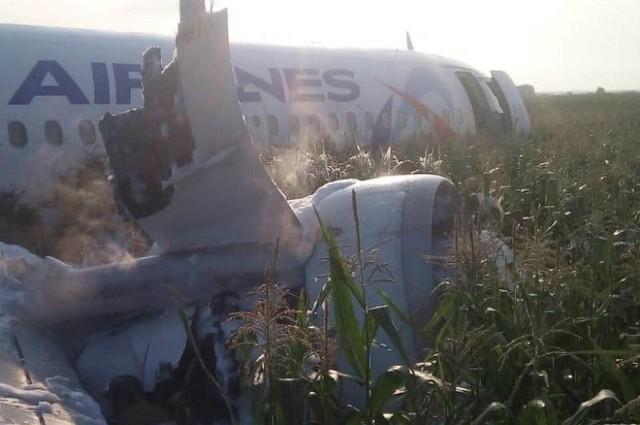 Chùm ảnh: Máy bay chở hơn 230 người nằm giữa cánh đồng ngô - Ảnh 3.