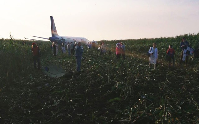 Chùm ảnh: Máy bay chở hơn 230 người nằm giữa cánh đồng ngô - Ảnh 4.