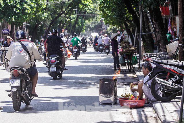 Hè phố Hà Nội đỏ lửa cúng Rằm tháng bảy - Ảnh 1.
