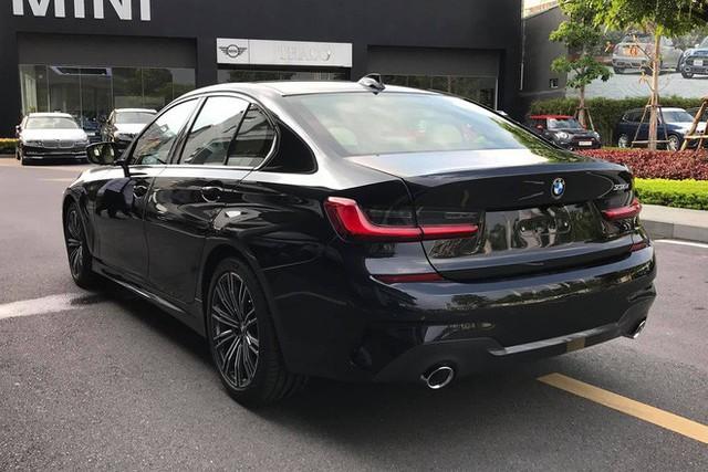 Đối đầu BMW 330i M Sport vs Mercedes-Benz C 300 AMG: Có gì khác khi giá chênh bằng một chiếc VinFast Fadil bản cao cấp? - Ảnh 2.