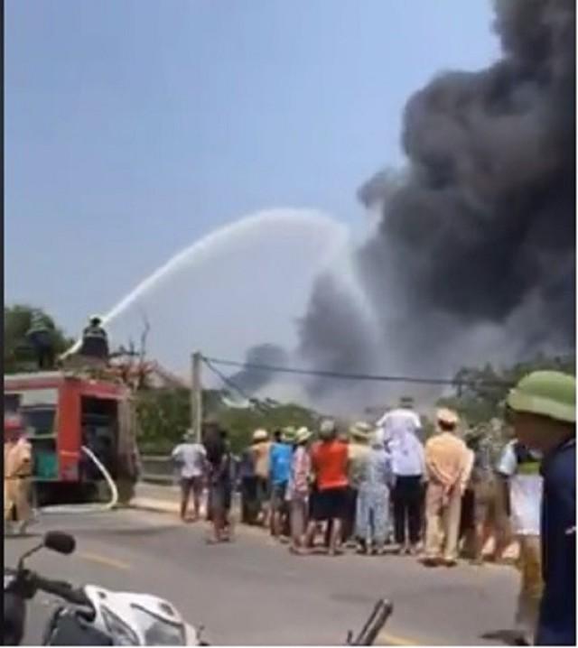 Clip: Cơ sở thu mua phế liệu ở Thái Bình bốc cháy dữ dội giữa trưa Rằm tháng 7 - Ảnh 1.