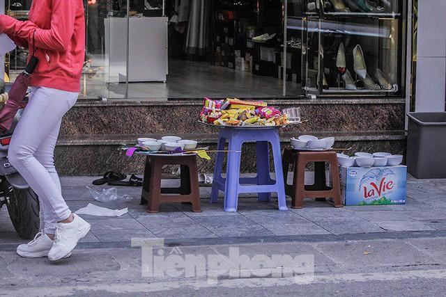 Hè phố Hà Nội đỏ lửa cúng Rằm tháng bảy - Ảnh 11.
