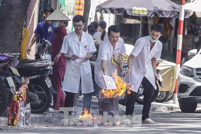 Hè phố Hà Nội đỏ lửa cúng Rằm tháng bảy - Ảnh 3.