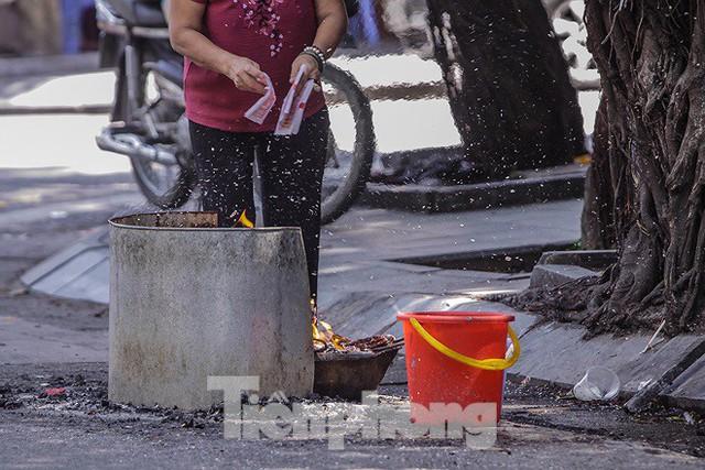 Hè phố Hà Nội đỏ lửa cúng Rằm tháng bảy - Ảnh 6.