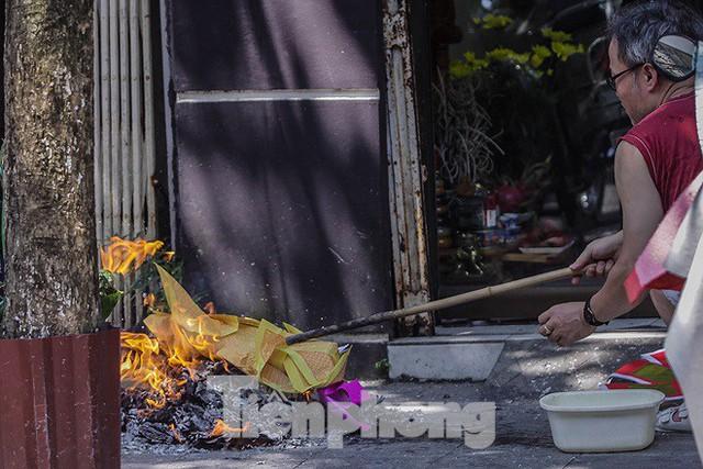 Hè phố Hà Nội đỏ lửa cúng Rằm tháng bảy - Ảnh 7.