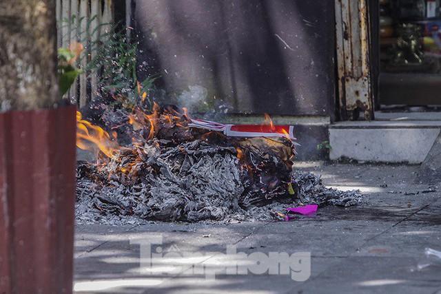 Hè phố Hà Nội đỏ lửa cúng Rằm tháng bảy - Ảnh 8.