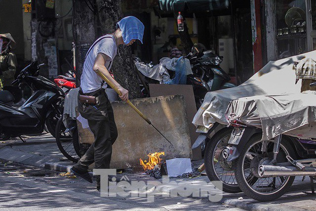 Hè phố Hà Nội đỏ lửa cúng Rằm tháng bảy - Ảnh 9.